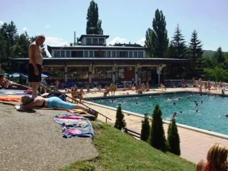 kupači na bazenu
