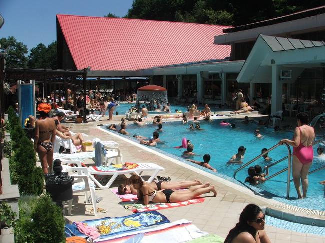 Ribarska banja sunčanje i kupanje u bazenu